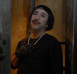La_veuve_moustachue3door